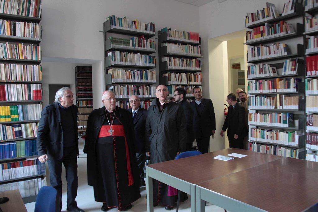 Il Card. Bassetti visita la Biblioteca di Noto